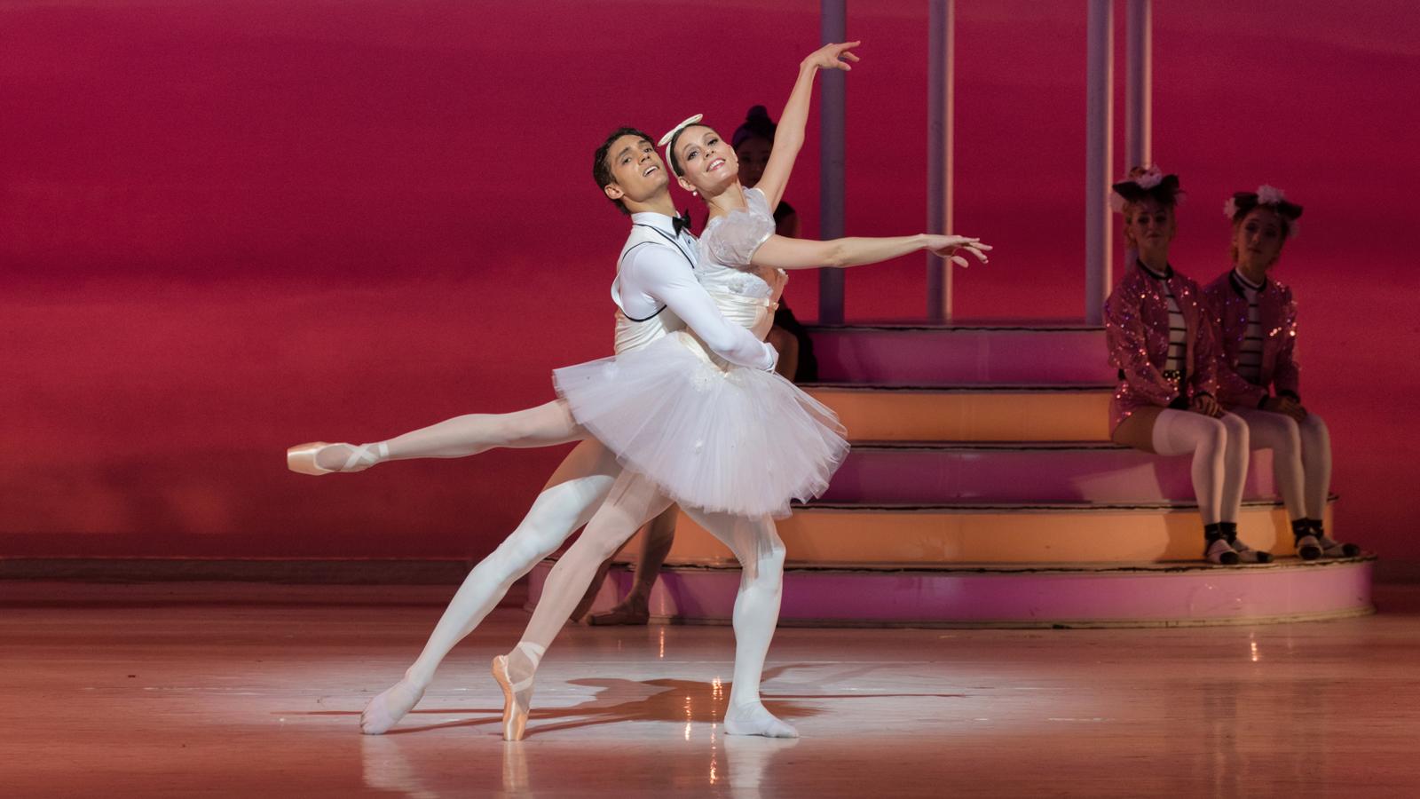 Twee dansers, een man en een vrouw.
