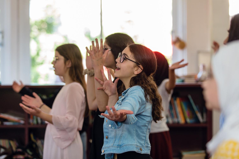 Leerlingen zingen in de klas