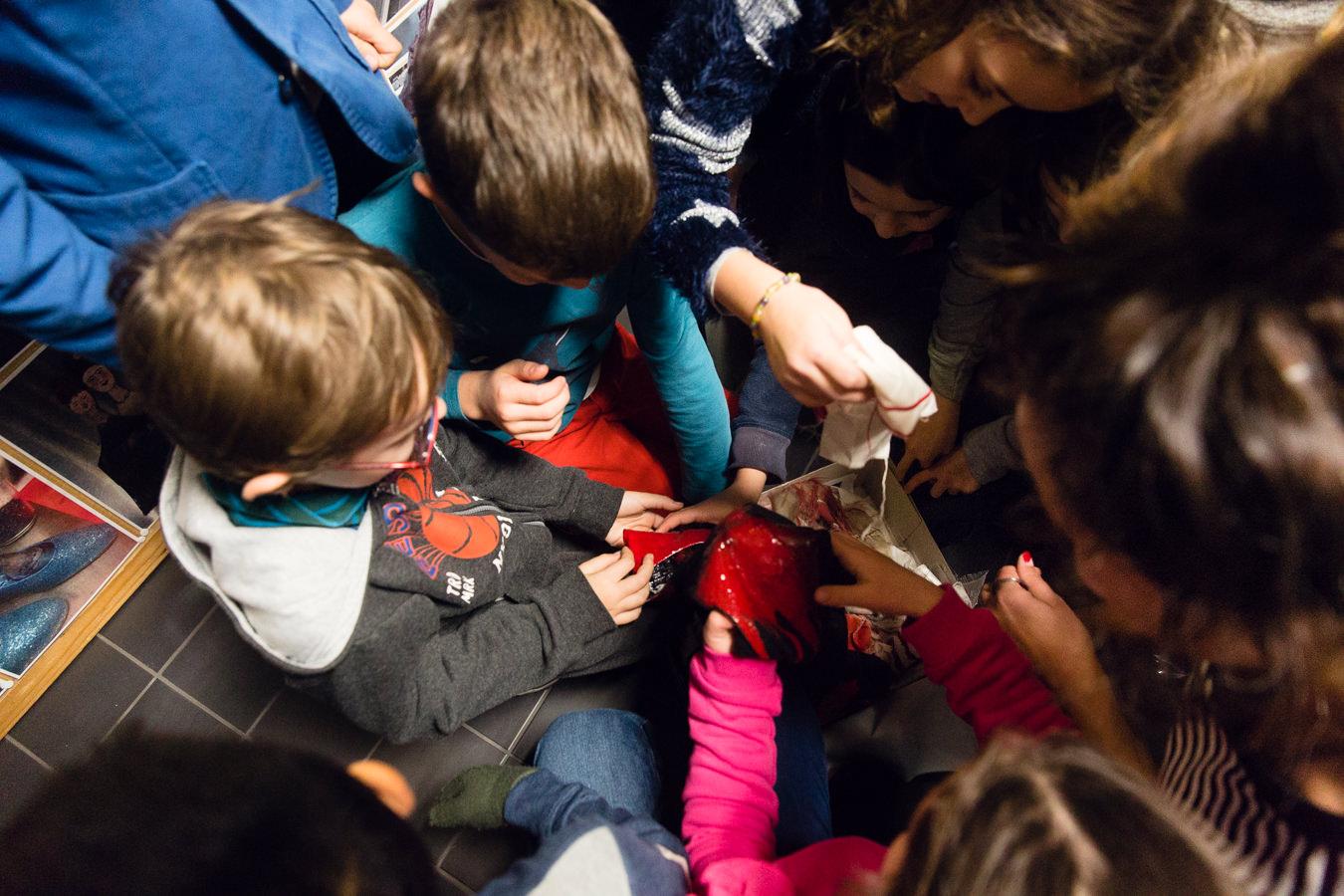 Kinderen bekijken een voorwerp