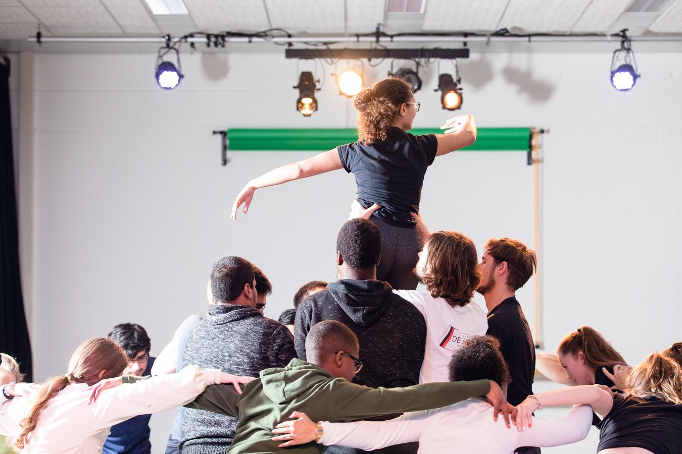 Leerlingen dansen op school