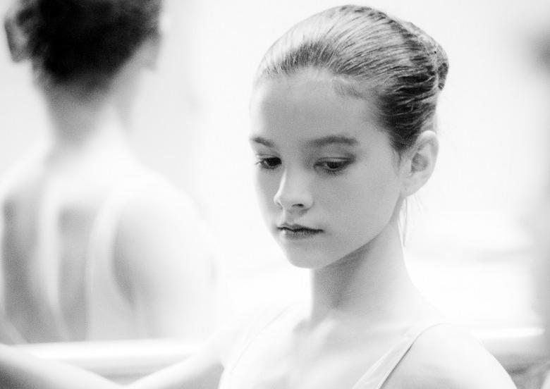 Jonge ballerina aan barre
