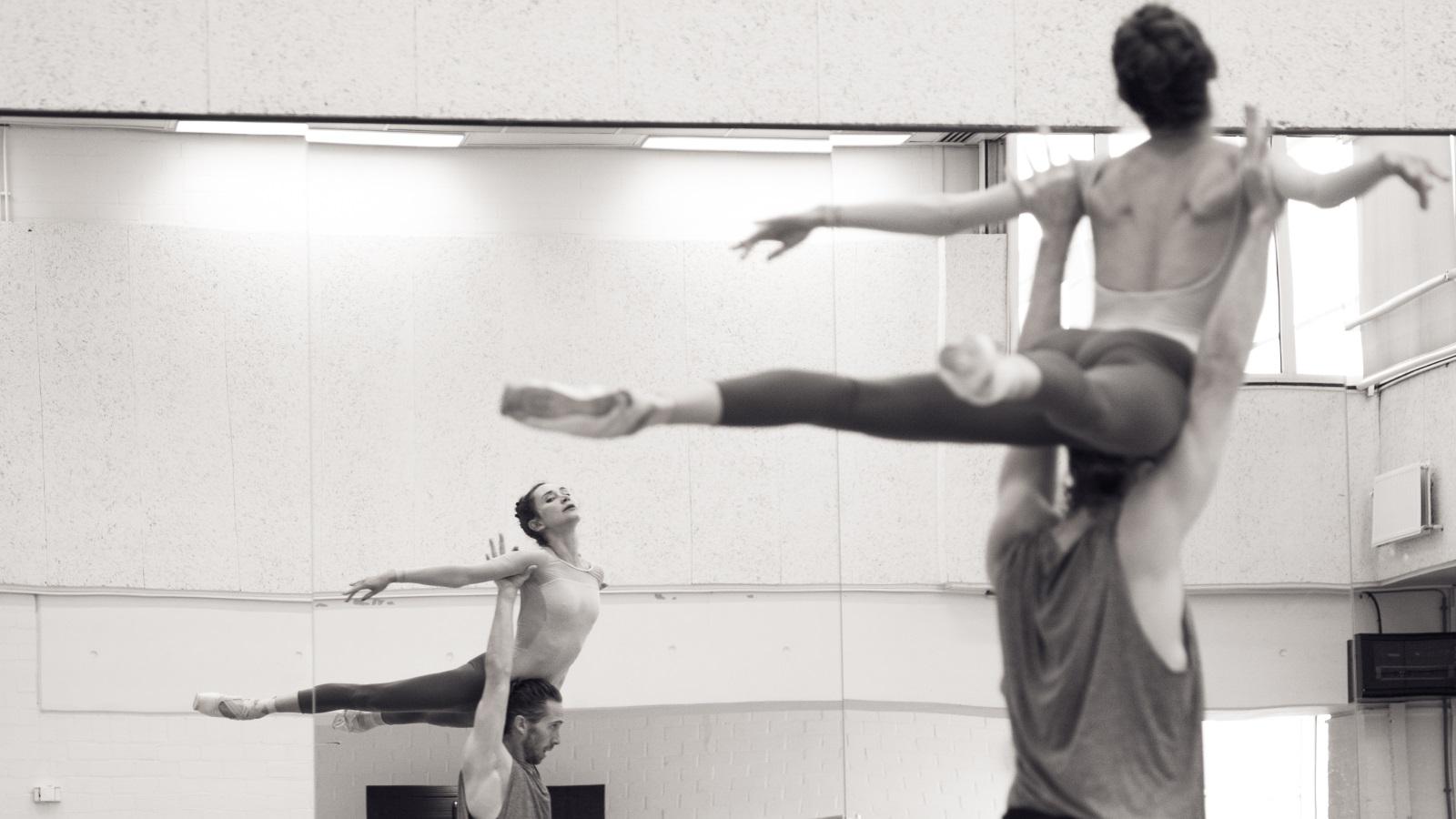 zwart wit foto dansers