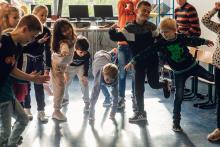 Kinderen dansen in de klas