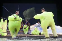 Operazangers in een komisch degengevecht