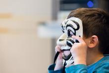 Kind met masker