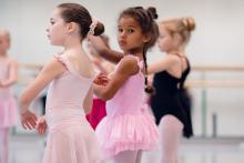 Kinderen in een balletstudio
